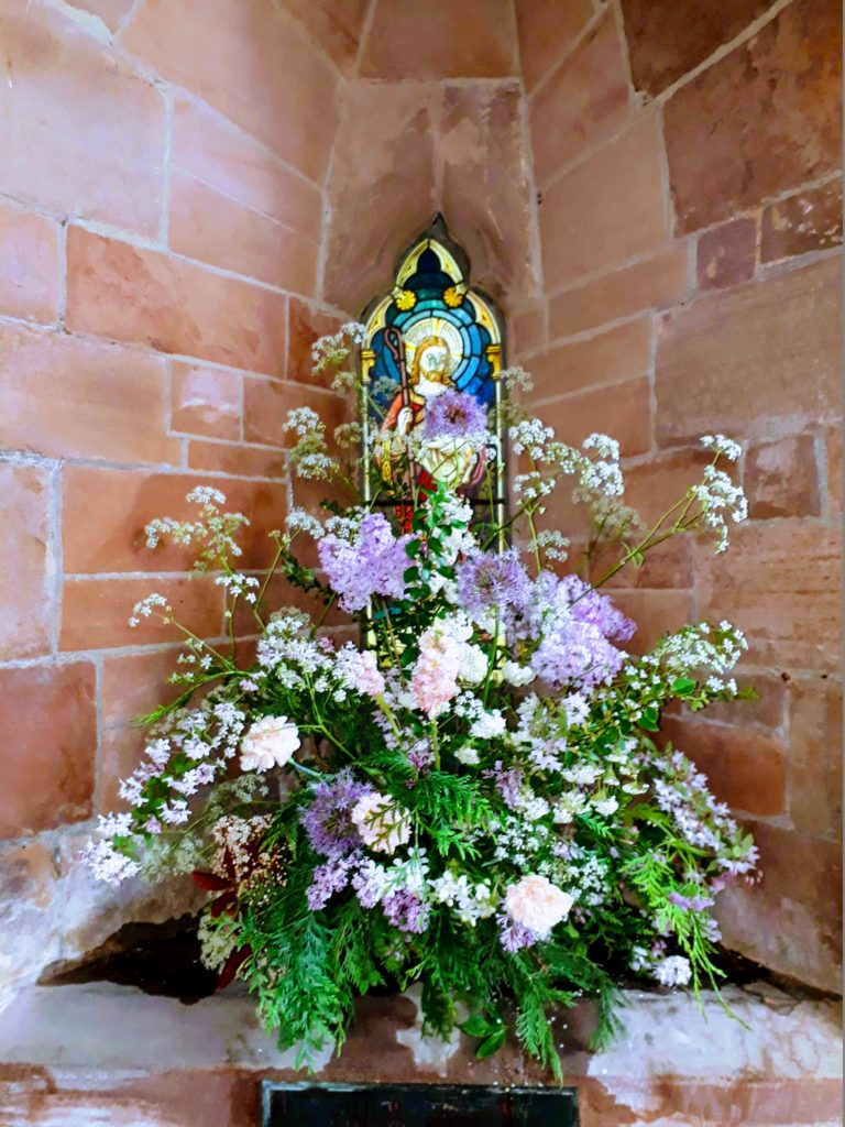 We filled the church with lots of garden lilacs and viburnum Opulus with Queen Anne's Lace - gorgeous scent